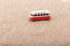 Autobus stoi przy plażą obraz stock