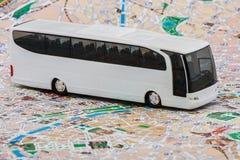 Autobus sur la carte de voyage Photos libres de droits