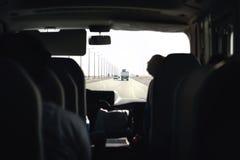 Autobus sur la route Entraîneur, navette ou monospace Transfert d'aéroport avec le fourgon de taxi Vue intérieure de passager de  images stock