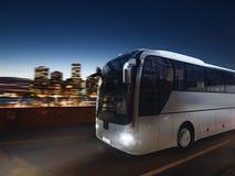Autobus sur la route la nuit avec le paysage de ville rendu 3d Photo libre de droits