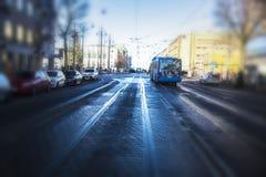 Autobus sur la route qui partageant avec le tram Images libres de droits