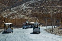 Autobus sur le chemin à la vallée des rois en Egypte Photographie stock