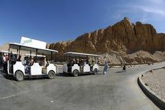Autobus sur le chemin à la vallée des rois en Egypte Photo libre de droits