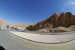 Autobus sur le chemin à la vallée des rois en Egypte Photographie stock libre de droits