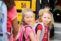 Autobus Szkolny: Czekać Dostawać na autobusie Obrazy Stock