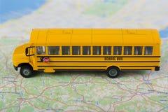 Autobus szkolny i drogowa mapa Obraz Stock