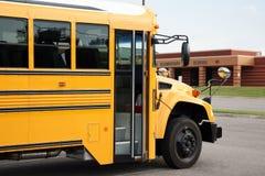 Autobus szkolny przed szkołą podstawową Zdjęcia Royalty Free