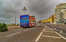 Autobus vide de bord de mer de Brighton un jour mat images libres de droits