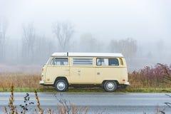 Autobus w mgle zdjęcie stock