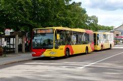 Autobuses de la ciudad en Hudiksvall Fotos de archivo
