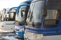 Autobuses de la distancia en el aparcamiento Imagenes de archivo