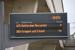 Autobuses de la salida en la estación de metro Nesselande del metro en Rotterdam, parte de un nuevo distrito residencial en easts imagen de archivo libre de regalías