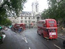 Autobuses de Londres en la lluvia Imagen de archivo libre de regalías