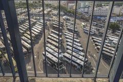 Autobuses de los peregrinos en el aparcamiento apretado cerca de la basílica de nuestra señora Aparecida, el Brasil foto de archivo