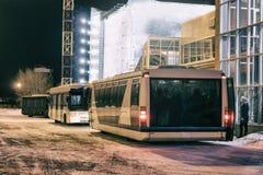 Autobuses del aeropuerto cerca del terminal Foto de archivo libre de regalías