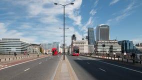 Autobuses del puente de Londres Imagen de archivo