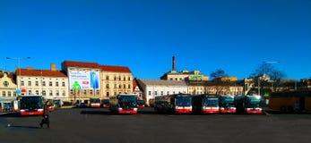 Autobuses del transporte público de la ciudad en Praga fotografía de archivo