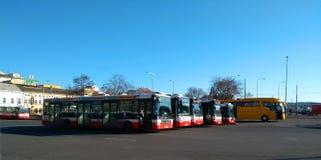 Autobuses del transporte público de la ciudad en Praga fotografía de archivo libre de regalías
