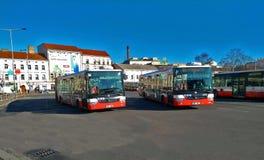 Autobuses del transporte público de la ciudad en Praga foto de archivo libre de regalías