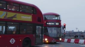 Autobuses en el puente de Westminster almacen de metraje de vídeo