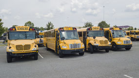 Autobuses escolares parqueados en la escuela Imagen de archivo libre de regalías