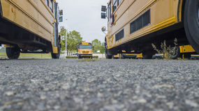 Autobuses escolares parqueados en la escuela Foto de archivo libre de regalías