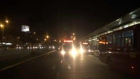 Autobuses, transporte público, noche, igualando almacen de metraje de vídeo