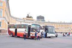Autobuses turísticos en cuadrado del palacio Fotos de archivo