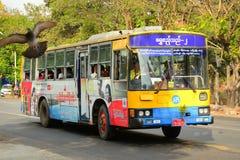 Autobuses urbanos en Rangún, Myanmar Fotografía de archivo