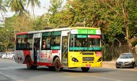 Autobuses urbanos en Rangún, Myanmar Foto de archivo libre de regalías