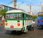 Autobuses urbanos en Rangún, Myanmar Imagenes de archivo