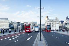 Autobuses y la ciudad, Londres de Londres Foto de archivo libre de regalías