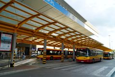 ; Autobusowej przerwy centrum przy Warszawską centrali stacją (Warszawa Centralna) Obrazy Stock