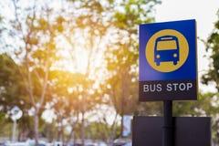 Autobusowej przerwy znak blisko drzewa zdjęcia royalty free