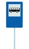 Autobusowej przerwy znak uliczny na poczta słupie, ruchu drogowego drogowy roadsign, błękitny odosobniony signage, puste miejsce  Zdjęcia Stock