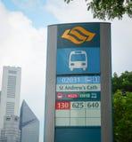 Autobusowy ewidencyjny panel przy dzielnicą biznesu w Singapur obraz stock