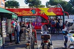 autobusowy kapitałowy ciągły opisuje wizerunku przypływ pożytecznie turystyczni turyści włoski Rome Fotografia Stock