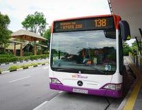 Autobusowy powstrzymywanie przy stacją w Małym India, Singapur zdjęcie stock