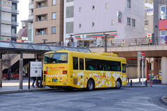 Autobusowy powstrzymywanie przy stacją w Tokio, Japonia zdjęcia stock