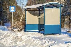 Autobusowy schronienie blisko śniegu zakrywał drogę w zimie Zdjęcia Stock