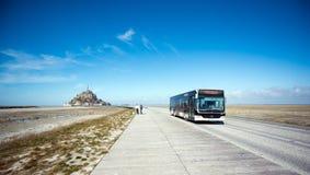 autobusowy urlop od tła historycznego miejsca Mont świętego Michel na 23 Marzec 2016 Zdjęcie Royalty Free