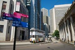 Autobusu piętrowego tramwaj przechodzi ulicą Środkowy okręg w Hong Kong, Chiny zdjęcia stock