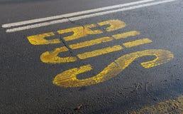 Autobusu znak z żółtą farbą na asfaltowym Styczniu 21, 2015 Obrazy Stock