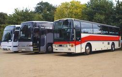 autobusy trenery Autobusy lub trenery parkujący w parking samochodowym Fotografia Royalty Free