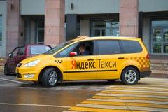 Autoc$yandex-taxi-Wartekunde Lizenzfreie Stockfotografie
