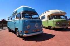 Autocaravana azul cl?sica del top del alto de Volkswagen imagen de archivo