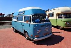 Autocaravana azul cl?sica del top del alto de Volkswagen fotos de archivo libres de regalías