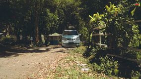 Autocaravana que conduce en una carretera nacional a través de parque metrajes