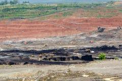 Autocarri con cassone ribaltabile di estrazione mineraria che funzionano in miniera di carbone della lignite fotografia stock