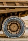 Autocarri con cassone ribaltabile di estrazione mineraria che trasportano il minerale metallifero del platino per elaborare fotografie stock